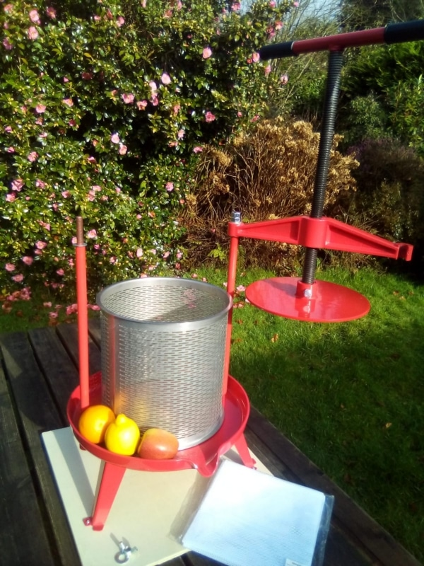 Cross beam fruit press with stainless steel basket - opening xbeam