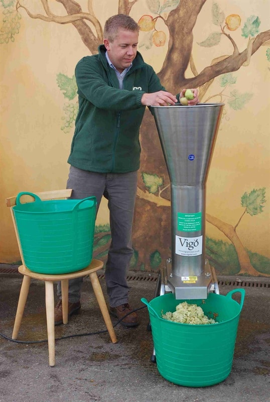 Vigo electric apple mill - feeding