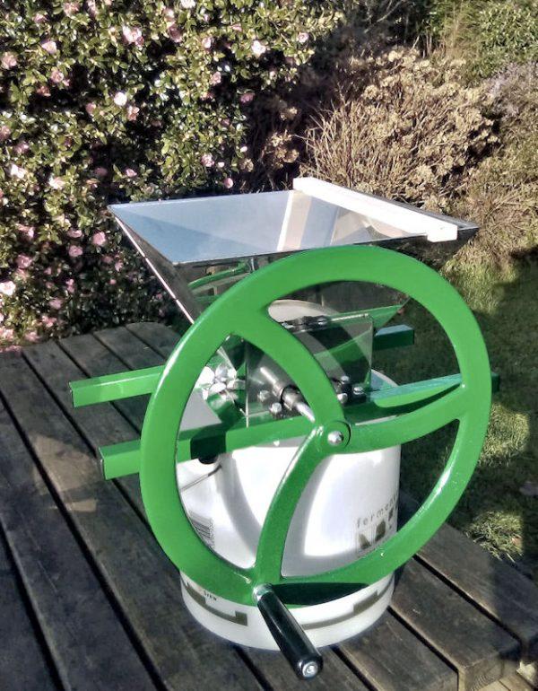 Apple Crusher / Fruit crusher with flywheel - side