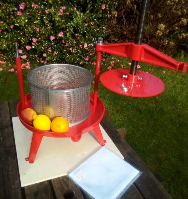 Cross beam fruit press with stainless steel basket 9l - opening beam